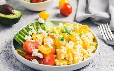Kaip iškepti idealiai minkštus plaktus pusryčių kiaušinius + 10 idėjų, kaip juos patiekti