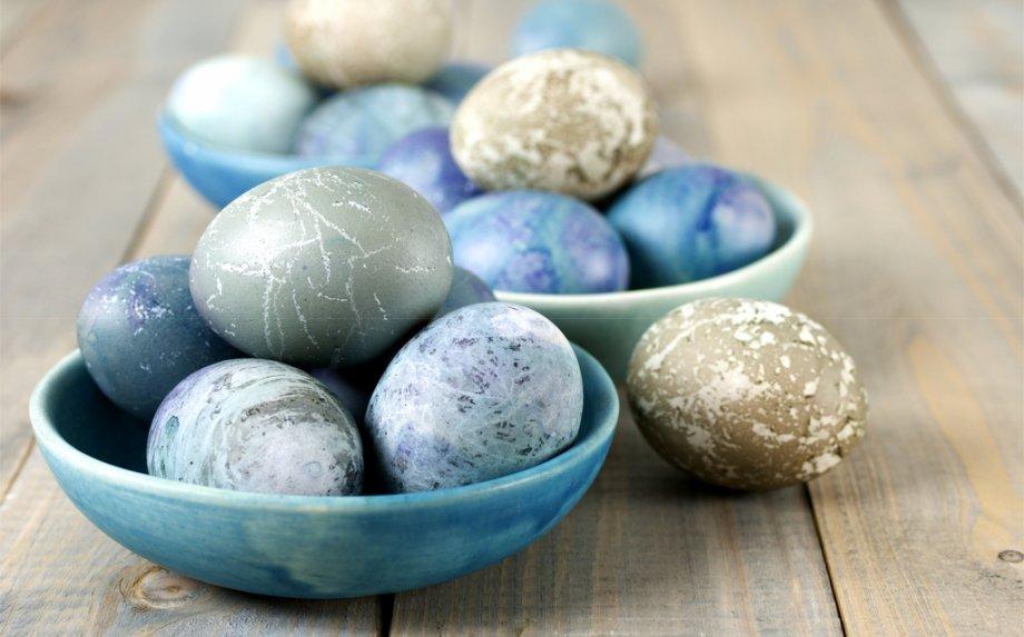 Kiaušinius dažome natūraliai - 9 marginimo receptai be jokios chemijos