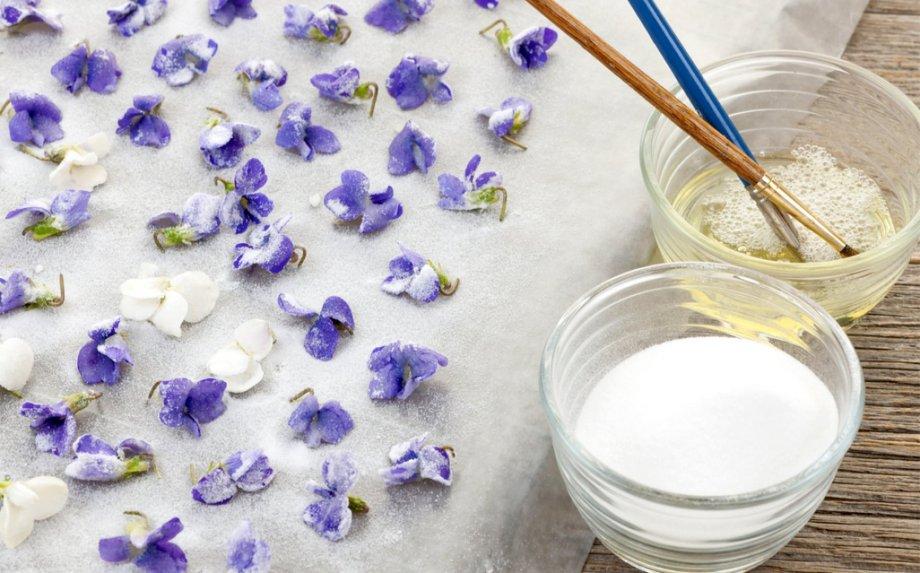 Cukruoti žiedlapiai - kaip pagaminti šį subtilų tortų ir desertų papuošimą? Pasakojame žingsnis po žingsnio