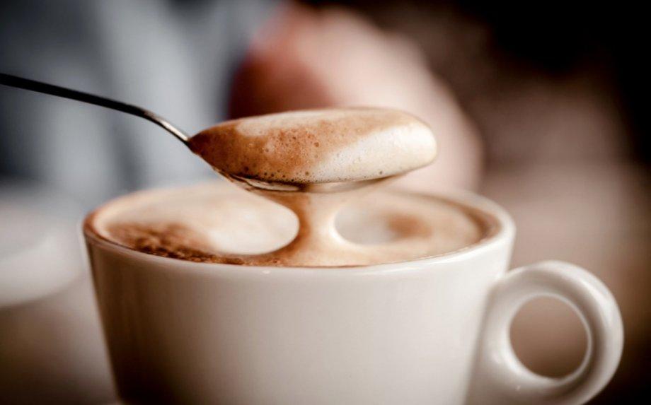 Kaip suplakti purią pieno putą kavai be jokių įmantrių įrankių? Rodome žinsnis po žingsnio!