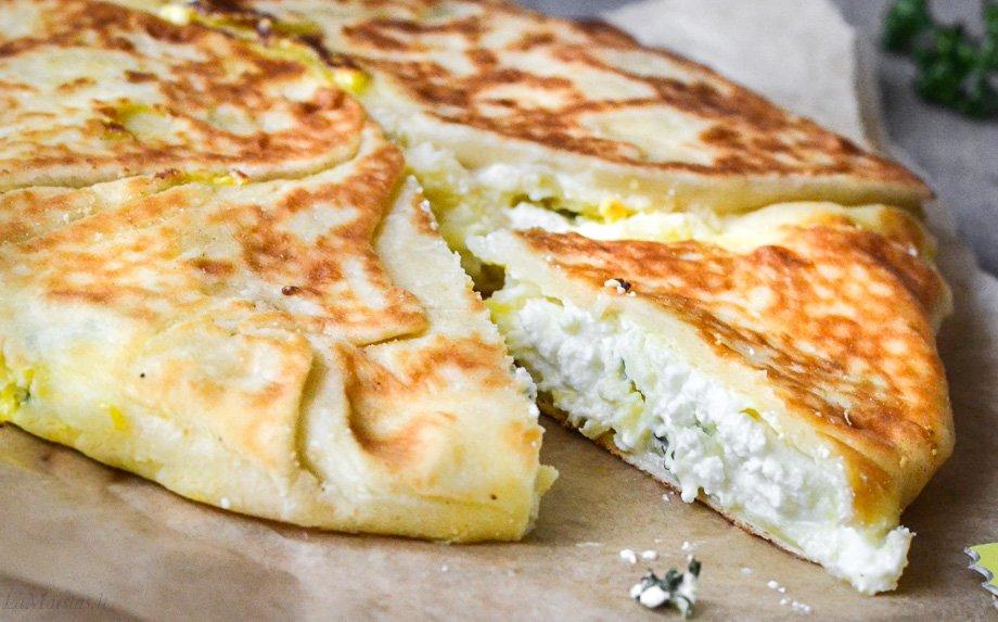 Jogurtinė duonelė keptuvėje su sūriu