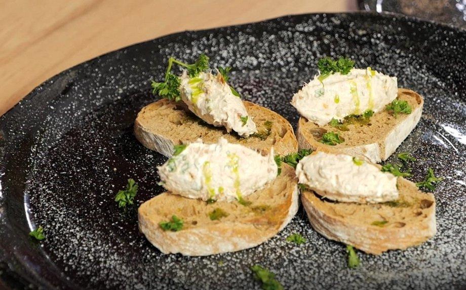 Kaip paruošti greitą tuno užtepėlę su kreminiu sūriu ir saulėje džiovintais pomidorais?