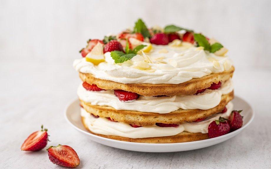 Nuogas biskvitinis tortas su braškėmis