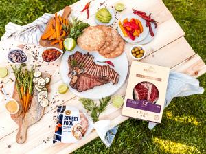 Jautienos didkepsniai su poliarinėmis duonelėmis ir grilintomis daržovėmis - idėja vakarėliui