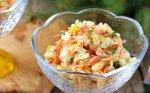 Krabų lazdelių salotos su sūriu ir morkomis