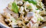 Sočios silkės salotos su porais, kiaušiniais ir agurkėliais