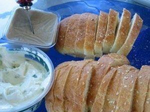 Kvietinės duonos skrebučiai su sūriu