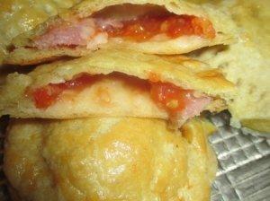 Pyragėlis su pomidoro griežinėliu ir kumpiu