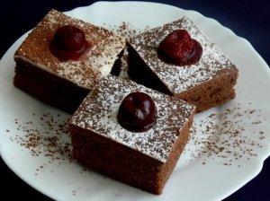 Prabangūs kakavos pyragaičiai su vyšniomis