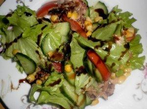 Tuno salotos su balzamiko kremu