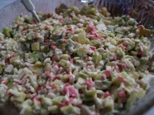 Salotos su avokadu ir krabų lazdelėmis