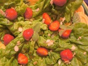 Braškių salotos su aguoniniu užpilu