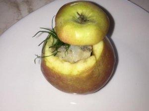 Obuoliai, įdaryti silkės salotomis