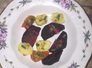 Burokėlių traškučiai su naminėmis keptomis daržovėmis