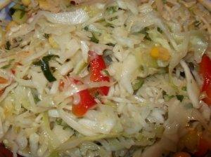 Švežių kopūstų salotos su paprikomis