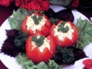 Silkės salotomis įdarytas  pomidoras