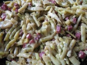 Šparaginių pupelių ir cukinijos troškinys su dešra