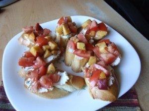 Brusketa su persikais, pomidorais ir ožkos sūriu