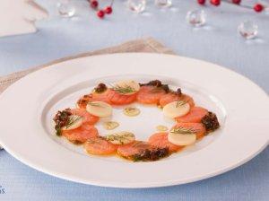 """Lašišos """"Carpaccio"""" su džiovintų pomidorų ir krapų padažu"""