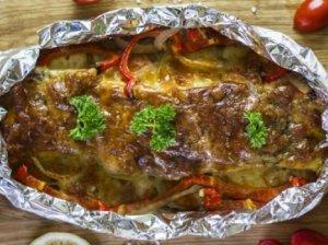 Jūros lydeka, kepta folijoje su daržovėmis ir mozzarella sūriu
