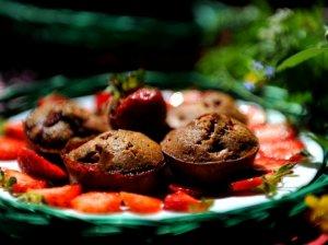 Šokoladiniai pyragėliai-keksiukai su braškėmis