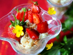 Kuskuso desertas su braškėmis ir migdolais