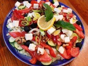 Daržovių ir sūrio salotos su graikiškais riešutais