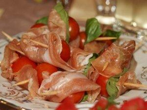 Vėrinukai su kumpiu ir pomidorais