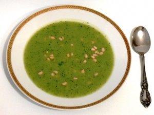 Trinta brokolių sriuba su kedro riešutais