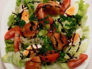 Daržovių salotos su kamuoliukais