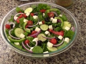 Gaiviosios salotos su agurkais, pomidorais ir fetos sūriu