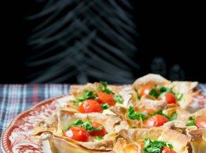 Filo tešlos pyragėliai su vynuoginiais pomidorais