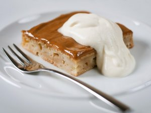 Drėgnas obuolių pyragas su karameliniu viršumi
