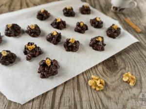 Šokoladiniai saldainiai su slyvomis ir graikiniais riešutais