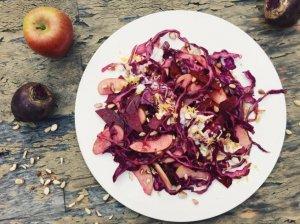 Raudonųjų kopūstų, burokėlių ir obuolių salotos jogurtiniame padaže