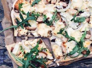 Kriaušių, rudųjų pievagrybių ir svogūnų pica su brie bei ožkos sūriais
