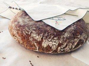 Neminkomos tešlos duona su linų sėmenimis