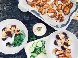 Kefyre marinuotos vištienos iešmeliai ir aštrios bulvytės