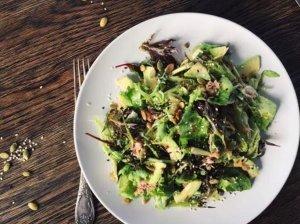 Tuno ir avokado salotos su medaus-garstyčių sėklų padažu