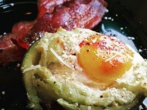Avokade kepti kiaušiniai