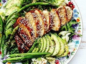 Salotos su teriyaki vištiena ir avokadu