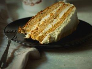 Morkų tortas su varškės ir grietinėlės kremu