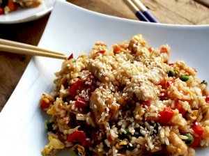 Rytietiškai kepti ryžiai su vištiena ir daržovėmis