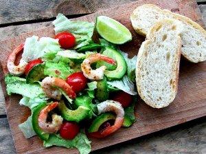 Puikios salotos su krevetėmis ir avokadu
