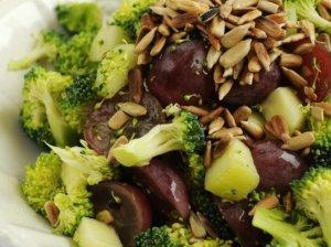 Skaniosios brokolių salotos su vynuogėmis