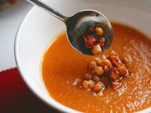 Trinta morkų sriuba su šonine ir avinžirniais