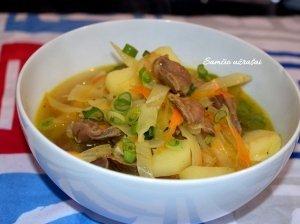 Daržovių sriuba su vištų skilveliais.