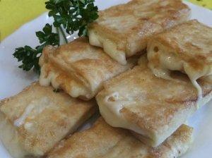 Skanieji apkepti lavašo suktinukai su sūriu - tik iš trijų ingredientų