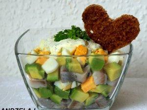 Gardžios silkės salotos su avokadais ir kiaušiniu