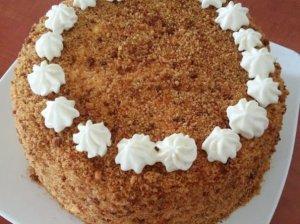 Abejingų nepaliekantis biskvitinis medaus tortas